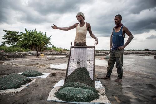 Village de Muchanga, zone d'extraction minière illicite, Kolwezi, province du Katanga, RDC. Le cuivre et le cobalt sont, ici, sous forme de gravillons. C'est ce qu'on appelle le minerais à laver.