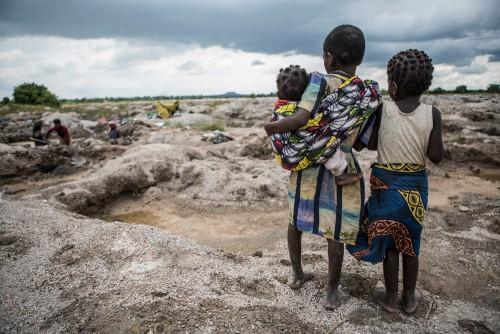 Village de Muchanga, zone d'extraction minière illicite, Kolwezi, province du Katanga, RDC. Les enfants ont pour habitude de toujours accompagner leurs mères sur les sites. Non scolarisés, ils sont aussi soumis à la radioactivité présente dans le sous-sol de la région (uranium), ce qui présente une dangerosité et un problème de santé publique importants.