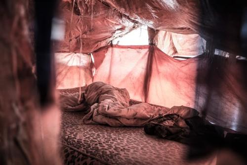 Village de Muchanga, zone d'extraction minière illicite, Kolwezi, province du Katanga, RDC. Chambre de creuseurs. En moyenne, 5 creuseurs dorment ensemble sur la même paillasse.