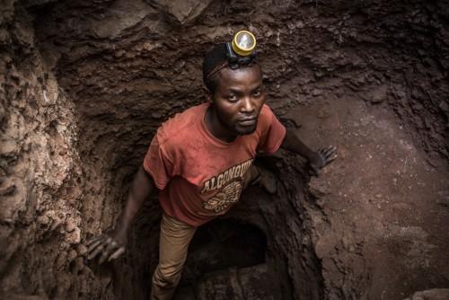 Zone d'exploitation minière de Mutochi, Kolwezi, province du Katanga, RDC. Ingénieur de formation, Teddy est creuseur d'or sur le site de Mutochi. Faute d'un travail décent, il creuse, sans botte, ni casque, pour survivre et nourrir sa famille.