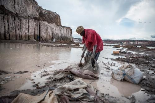 Zone d'exploitation minière de Mutochi, Kolwezi, province du Katanga, RDC. Des milliers de creuseurs tentent leur chance et espèrent trouver de la poudre d'or dans les eaux de Mutochi. Il est prévu que la carrière soit, à nouveau exploitée, ils devront alors tous partir et chercher un autre site.