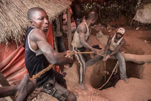 Equipe de creuseurs dans le quartier de Kasulo, Kolwezi, province du Katanga, RDC. Faute de site légal d'extraction qui leur soit attribué par l'Etat congolais, les creuseurs exploitent des parcelles résidentielles, dans un quartier de Kolwezi. Le sol de ce quartier est devenu un dangereux gruyère.