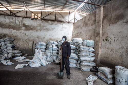 Centre de négoce de Musompo, Kolwezi. Lieu d'achat des minerais extraits par les creuseurs illégaux. Un sac de matière première peut peser jusqu'à 130 kilos. Il s'agit essentiellement d'hétérogénite un oxyde de cobalt et de cuivre et autres minerais.