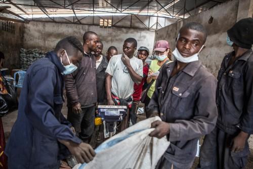 Centre de négoce de Musompo, Kolwezi. Lieu d'achat des minerais extraits par les creuseurs illégaux. Les instruments de mesure sont régulièrement trafiqués par les propriétaires des Maisons de négoce (balances, teneur en minerais précieux...).