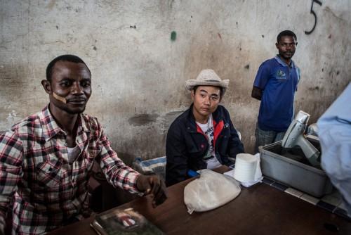 Centre de négoce de Musompo, Kolwezi. Lieu d'achat des minerais extraits par les creuseurs illégaux. Le prix d'achat du minerais est fixé par les comptoirs de négoces tenus, pour la plupart, par des chinois, des libanais ou des indiens. Ils sont régulièrement accusés de truquer les balances et de tromper les négociants congolais sur la teneur en minerai pour en faire baisser le prix.