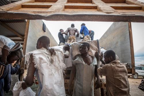 Centre de négoce de Musompo, Kolwezi. Lieu d'achat des minerais extraits par les creuseurs illégaux. Les conditions de travail des ouvriers congolais dans les Maisons de négoce sont déplorables (sécurité , tenues non appropriées, horaires de travail, salaire...)