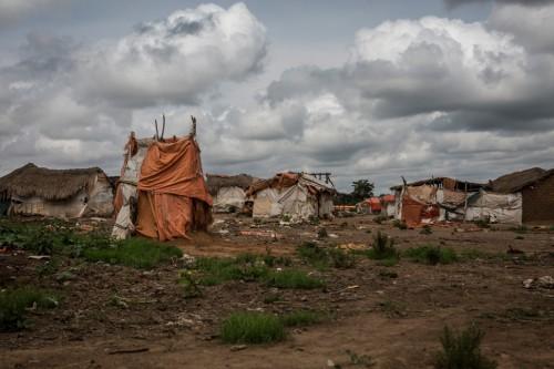 Village de Muchanga, zone d'extraction minière illicite, Kolwezi, province du Katanga, RDC. Les creuseurs (et parfois toute leur famille) s'installent autour des carrières et sites d'extractions, dans des maisons de fortune, sans eau ni électricité.